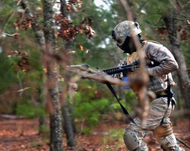 militair in bos