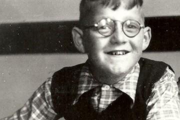 Dolf Verroen als kind met bril