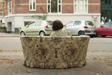ythedarkdays vrouw op bank, achterkant